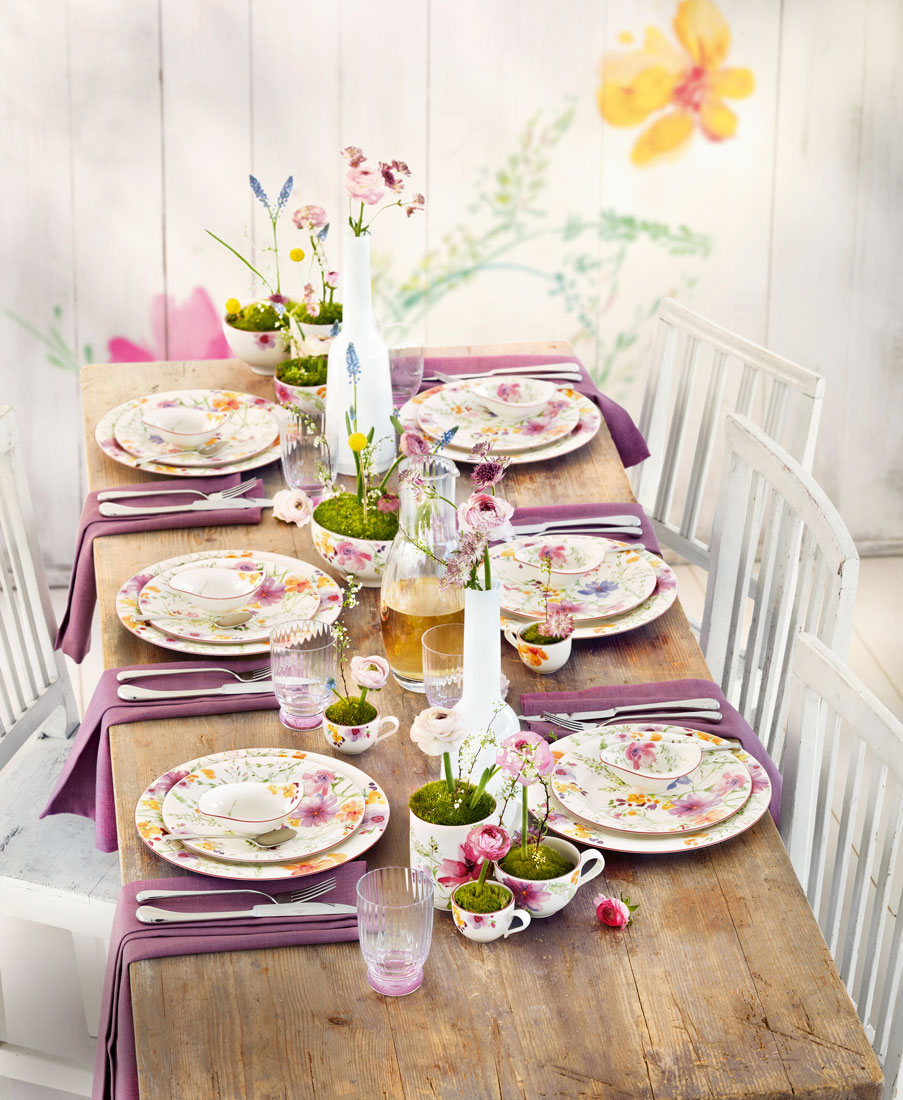 The bright flowers of Mariefleur by Villeroy & Boch combine with live flowers and colorful napkins to welcome spring.
